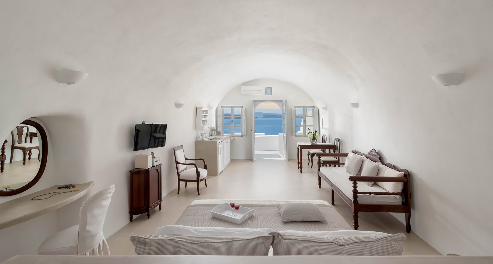 Cave suite with caldera and sea view in Santorini