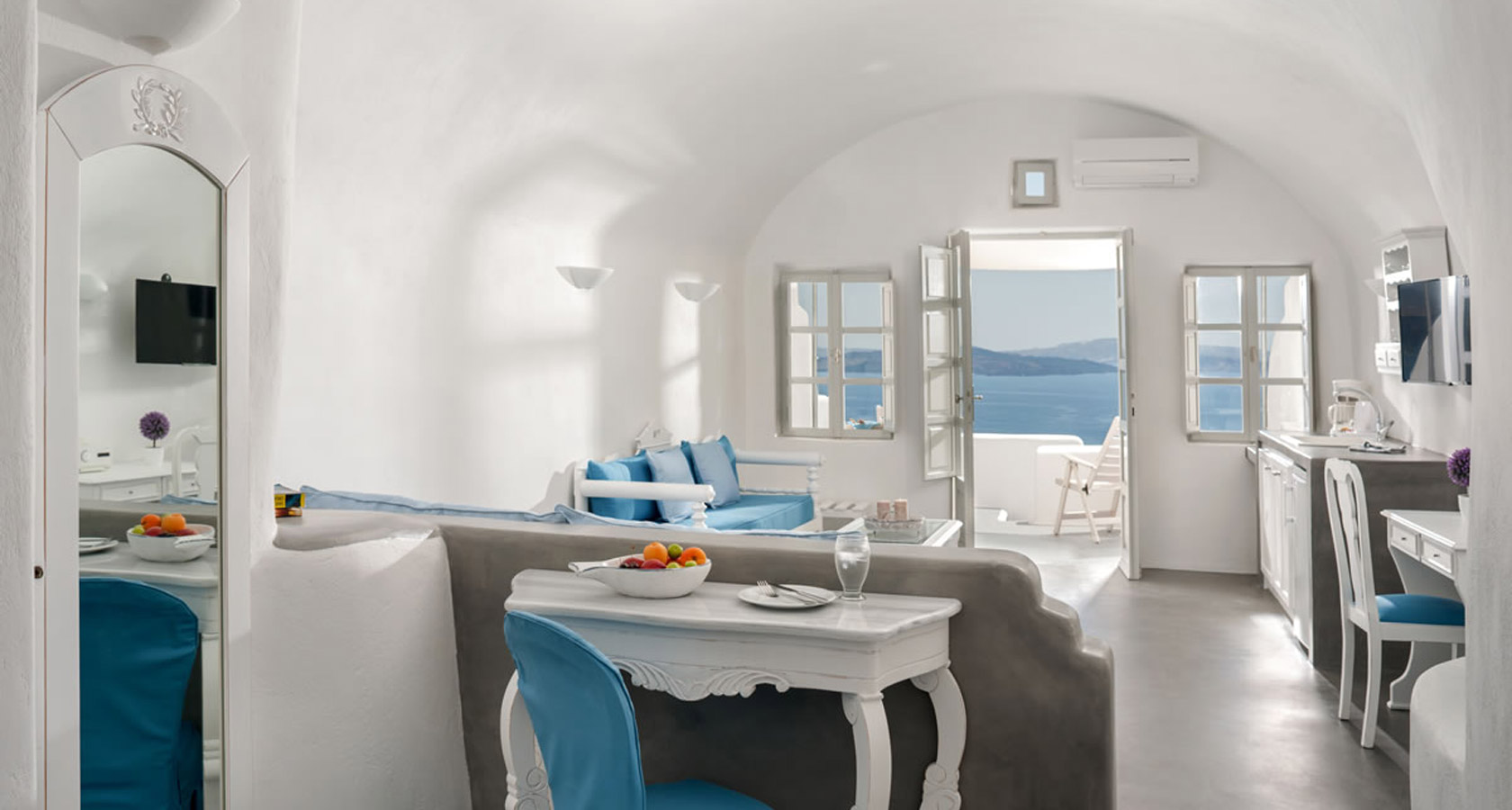 Thirea Suites in Oia Santorini - General view of a standard suite