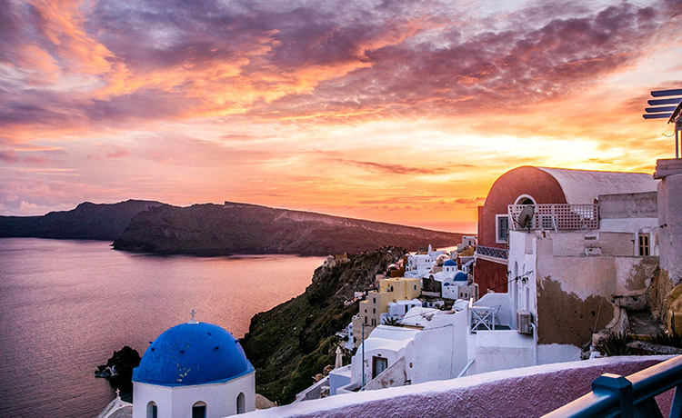The Incredible Magnetism of the Santorini Sunset – Where to Get the Best Views